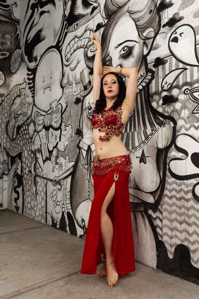 When teaching belly dance, Siobhan places an emphasis not only on technique, but on stage presence and engaging the audience.